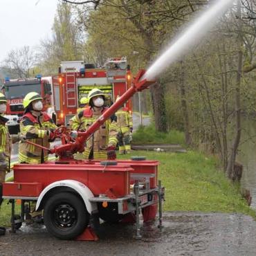 Löschwasserabgabe mittels Wasserwerfer sowie Drehleitertraining