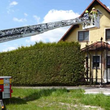 Heckenbrand an Gebäude (30.05.2021, 11:14 Uhr)