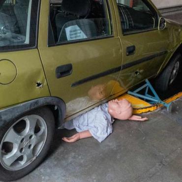 Unfall – Person unter PKW